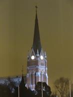 Kyrkklockan vakar över Luleå i vinternatten
