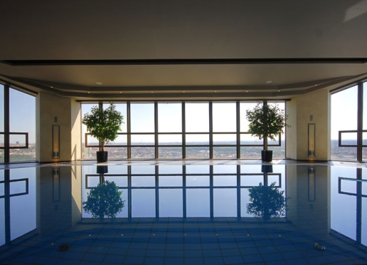 Pool med utsikt på Hotell Corinthias Apollo Day Spa.